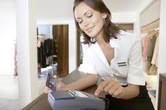 Sklepowa Towarzysząca Ogólna Kredytowa karta przy sklepu kontuarem Zdjęcia Royalty Free