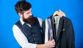 Sklepowego asystenta lub og?oszenie towarzyskie stylisty us?uga Dopasowywanie krawat z strojem Mężczyzny modnisia chwyta brodaci  obraz stock