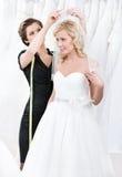 Sklepowy asystent pomaga target91_0_ ślubną przesłonę fotografia stock