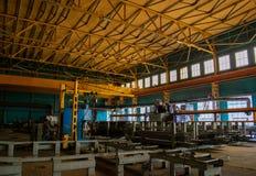 Sklepowy dziurkowanie zaciera się przy produkcji miejscem przemysłowa roślina machine metalu przerób obrazy royalty free