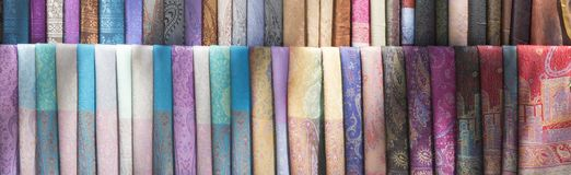 Sklepowy indyjski tkanin chust szalików tła wizerunek zdjęcie royalty free