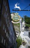 Sklepowy szyldowy Hotelowy Goldener Hirsch w Getreidegasse w Salzburg obrazy royalty free