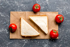 Sklepu pojęcie z chleba i pomidoru stołowego tła odgórnym widokiem Zdjęcia Stock