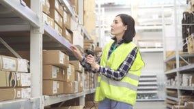Sklepu pracownik w magazynie używa barcode przeszukiwacz prowadzi księgowość zdjęcie wideo