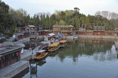 Sklepy i łodzie zbliżają lato pałac, Pekin, Chiny Obrazy Royalty Free
