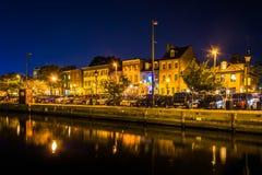 Sklepy i restauracje przy nocą wewnątrz Powalać punkt, Baltimore, Maryla fotografia stock