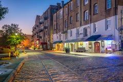 Sklepy i restauracje przy Rzeczną ulicą w w centrum sawannie w Ge obrazy royalty free