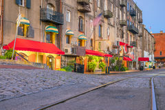 Sklepy i restauracje przy Rzeczną ulicą w w centrum sawannie w Ge zdjęcia stock