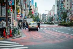 Sklepy i tłoczący się ludzie przy Shinjuku miasteczkiem w Tokio obrazy royalty free