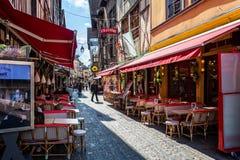 Sklepy & kawiarnie wykłada średniowiecznego centre Troyes z połówką cembrowali budynki zdjęcia stock