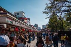 Sklepy przy Buddyjskiej świątyni imieniem «Sensoji «przy Asakusa terenem w Tokio, Japonia zdjęcie stock