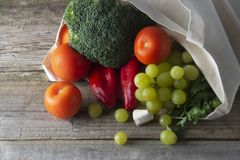 Sklepy spożywczy w eco torbie Eco naturalna torba z owoc i warzywo Zero jałowy karmowy zakupy klingeryt uwalnia rzeczy reuse, zmn zdjęcia royalty free