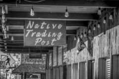 Sklepy w historycznej wiosce Samotna sosna MARZEC 29, 2019 - SAMOTNY SOSNOWY CA, usa - obrazy stock