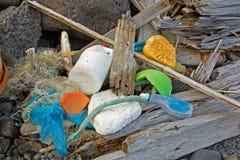 Sköljas upp på stranden marin- avskräde Arkivfoton