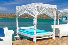 Skäller lyxiga sängar för vit på Mirabello på Crete Royaltyfri Bild