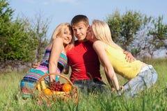 Skämtsam man för blondin två och barn Royaltyfri Foto