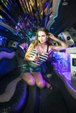 Skön kvinna i en limousine Royaltyfri Fotografi
