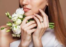 skönhet isolerad ståendewhite Härlig Spa kvinna som trycker på hennes framsida Royaltyfria Bilder