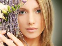 Skönhet - kvinnan, fjädrar makeup Arkivbild