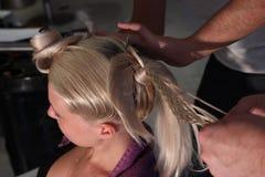 skönhet som får hårmodellen klar Arkivfoto