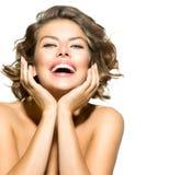 Skönhet som ler den unga kvinnan Royaltyfria Bilder