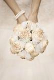 Skönhetbröllopbukett av ro i händer för en brud Royaltyfri Fotografi