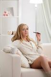 Skönhetflicka med dencigarett dunsten Royaltyfria Foton