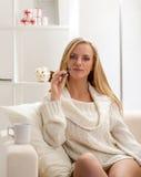 Skönhetflicka med dencigarett dunsten Royaltyfri Foto