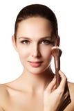 Skönhetflicka med makeupborstar Naturligt smink för brunetten Wo Royaltyfria Bilder