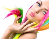 Skönhetflickastående med färgrik makeup Arkivfoto