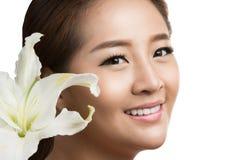 Skönhetframsida av den nätt kvinnan med blomman Stående över vit bakgrund Fotografering för Bildbyråer