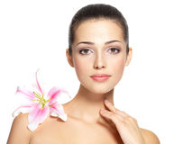 Skönhetframsida av den unga kvinnan med blomman. Skönhetbehandlingbegrepp Royaltyfri Foto