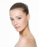 Skönhetframsida av en ung kvinna med ren hud Royaltyfri Foto