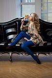 Skönhetkvinna i lyxig sofa Royaltyfri Bild