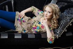 Skönhetkvinna i lyxig sofa Royaltyfri Fotografi