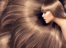 Skönhetkvinna med skinande långt hår Fotografering för Bildbyråer