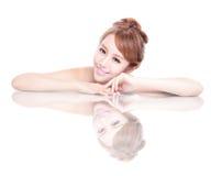 Skönhetkvinnaframsida med spegelreflexion Royaltyfri Fotografi