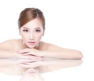 Skönhetkvinnaframsida med spegelreflexion Arkivfoto