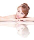 Skönhetkvinnaframsida med spegelreflexion Arkivbilder