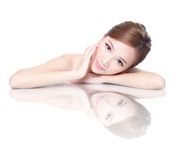 Skönhetkvinnaframsida med spegelreflexion Arkivbild