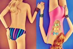 Skönhetkvinnakropp i modebaddräkten, lesbiska kvinnor Arkivfoto