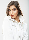 Skönhetkvinnan vänder mot tätt upp ståenden Den unga kvinnliga modellen poserar Fotografering för Bildbyråer