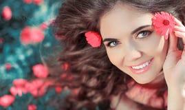 Skönhetkvinnastående med blommor. Fritt lyckligt tycka om för flicka som är nat Royaltyfria Foton