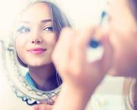 Skönhetmodellflicka som applicerar mascara Arkivbilder
