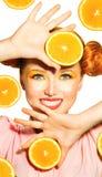Skönhetmodellflickan tar saftiga apelsiner Royaltyfria Bilder