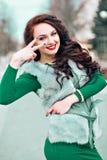 Skönhetmodemodell Girl i Mink Fur Coat Härlig kvinna i lyxiga Gray Fur Jacket vinter för mode för bakgrund härlig isolerad vit fl Arkivbild