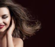 Skönhetstående av att le brunettdamen Fotografering för Bildbyråer