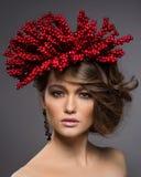 Skönhetstående av den stiliga europeiska flickan Arkivbild