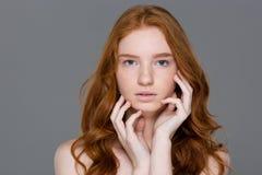 Skönhetstående av en gullig rödhårig mankvinna Arkivfoton