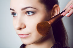 Skönhetung flicka med makeupborstar Det naturliga sminket för brunettkvinna med bleu synar härlig framsida makeover perfekt hud Royaltyfria Foton